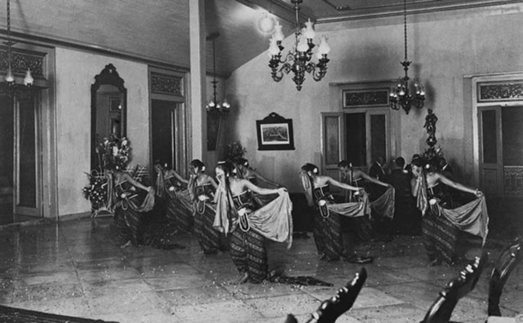 Bedhaya dance at the wedding of a princess of the Mangkunegaran court in 1921.