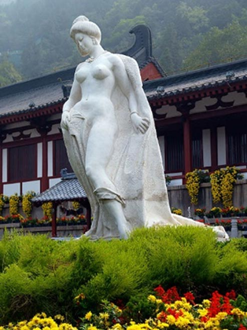 Yang Guifei's statue at Huaqing Hot Springs.